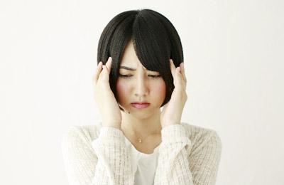 写真:頭痛・頭が痛い様子